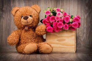 Плюшевый мишка с букетом цветов
